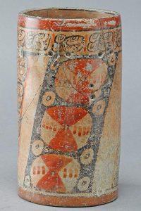 64 Guatemala, Nordost Petén, Naranjo-Holmul / Guatemala, Northeast Petén, Naranjo-Holmul Maya Spätklassik (700 - 800 n.Chr.) / Maya, Late Classic (AD 700 - 800) Zylindrisches Kakao Trinkgefäß mit abstrakten Motiven in der senkrechten Ebene und leicht eingedellten schwarzen Streifen. Auf dem Rand hat es Pseudo-Glyphen oder sinnfreien Nachahmungen von klassischer Maya-Schrift. S64 Sammlung Köhler-Osbahr, Bestand Sandweg, KSM